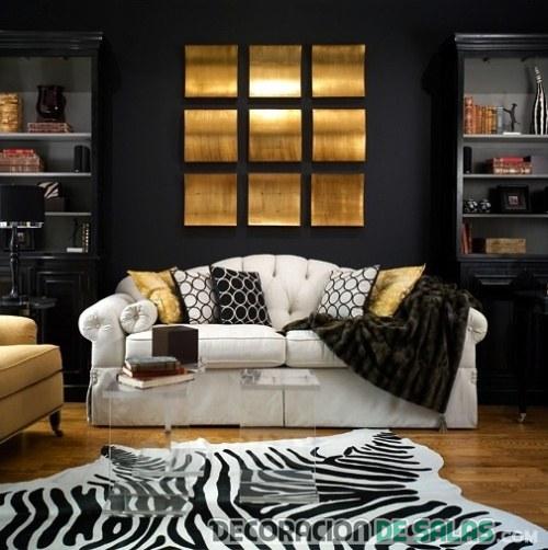 salón dorado con sofá blanco