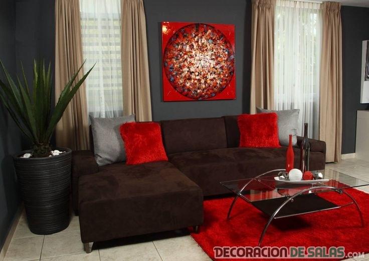 salón elegante y pequeño en rojo y chocolate