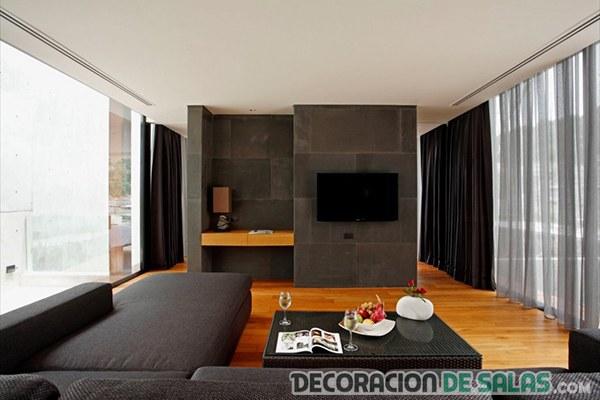 salón gris con suelo de madera
