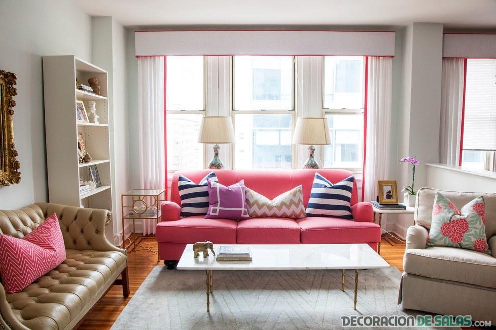 salón luminoso con sofá rosa