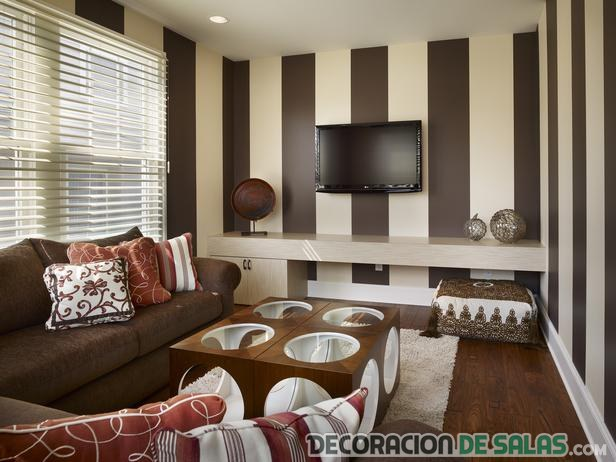salón marrón con paredes a rayas