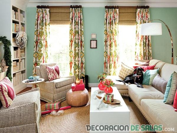 salón pequeño con muchos colores