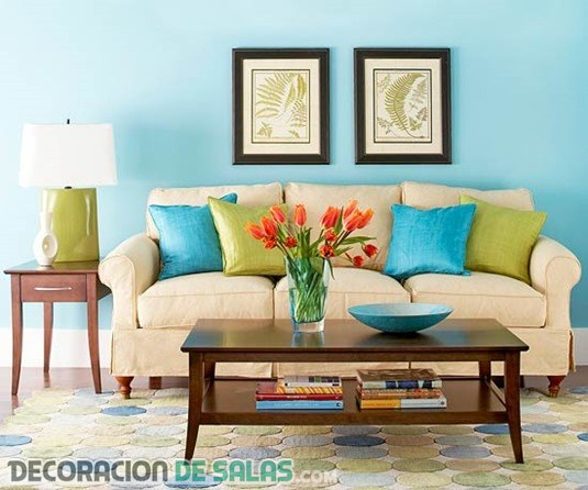 Añade alegría a tu salón con colores en los sofás