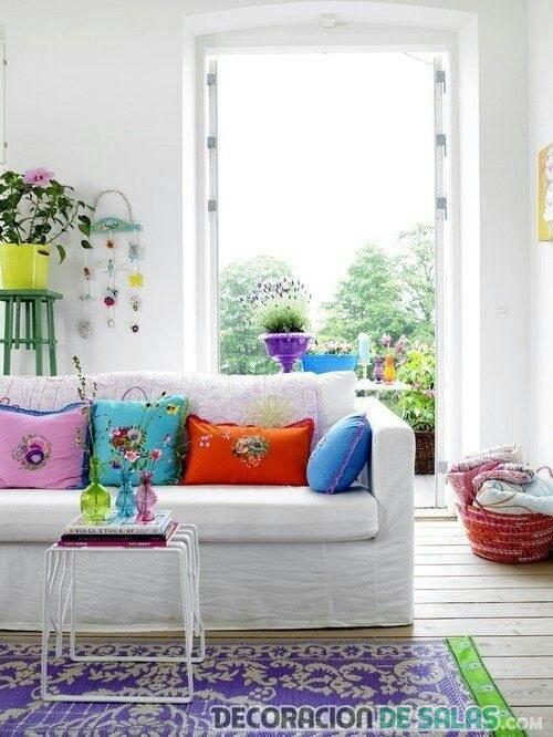 sofá blanco con cojines en colores