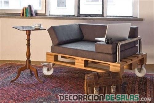 sofá con palets y ruedas