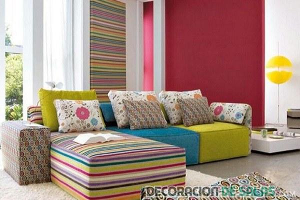 sofá con telas de colores