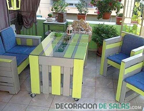terraza con muebles reciclados