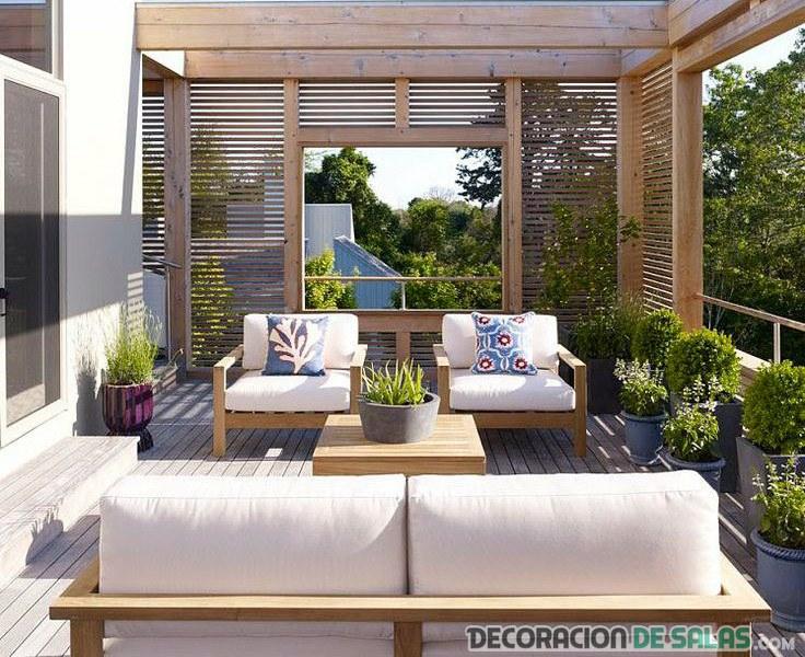 terraza en madera con sofás pequeños