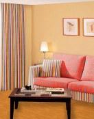 Combina las cortinas con la decoración del salón