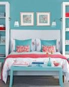 Combina el color azul y coral en los dormitorios