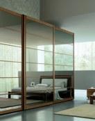 Decora con puertas de espejo para un ambiente luminoso